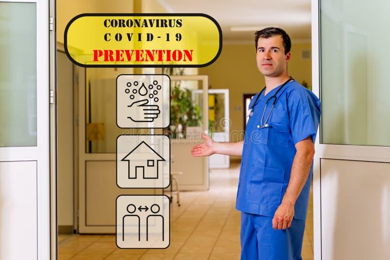 Médico masculino num corredor hospitalar com ícones translúcidos de prevenção do coronavírus fotografia de stock