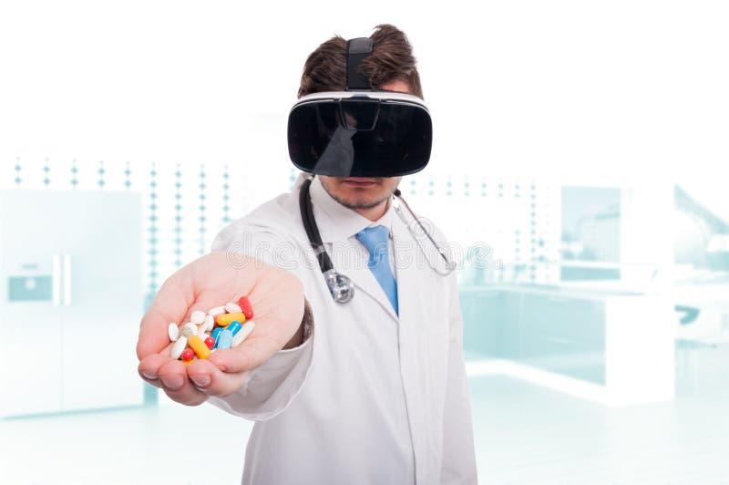 Médico moderno que mantém os comprimidos e as vitaminas disponivéis imagem de stock royalty free