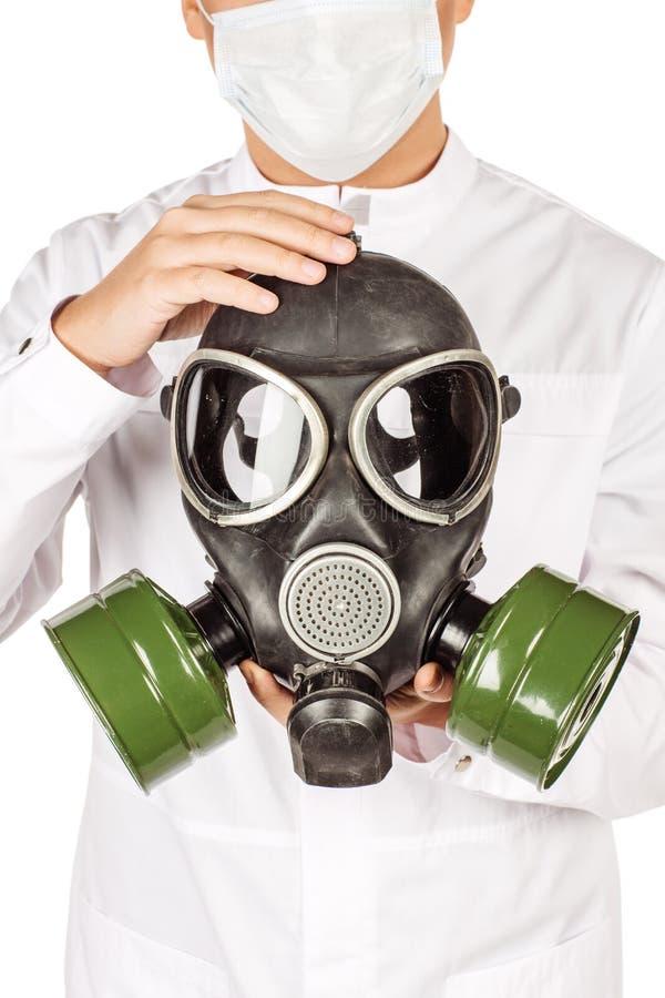 Médico no revestimento branco com o estetoscópio que guarda a máscara de gás Mim foto de stock royalty free