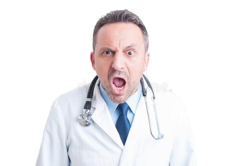 Médico o doctor enojado que grita en la cámara fotografía de archivo