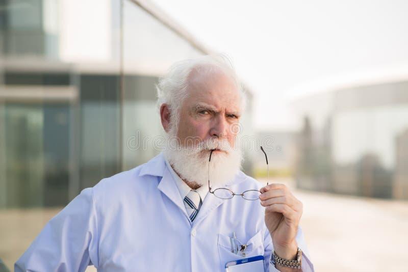 Médico principal envelhecido fotografia de stock royalty free