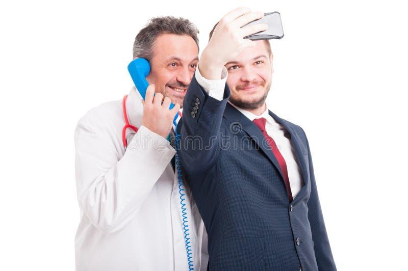 Médico profesional y abogado que toman un selfie fotografía de archivo libre de regalías
