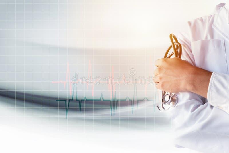 Médico que guarda o estetoscópio disponível com fundo do gráfico do pulso do coração fotografia de stock