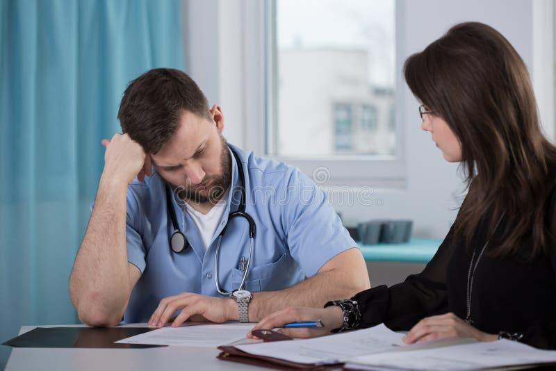 Médico que habla con el abogado imagen de archivo