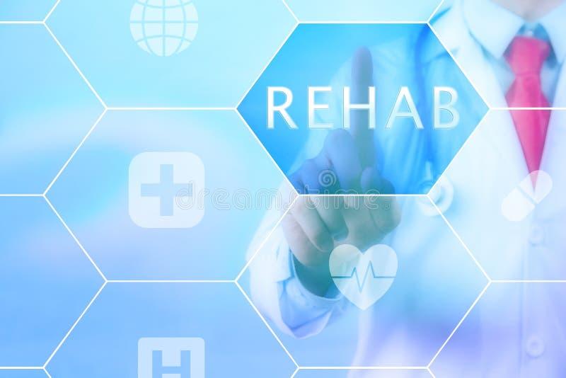 Médico que presiona el botón de la 'REHABILITACIÓN' en la pantalla táctil virtual imagen de archivo libre de regalías