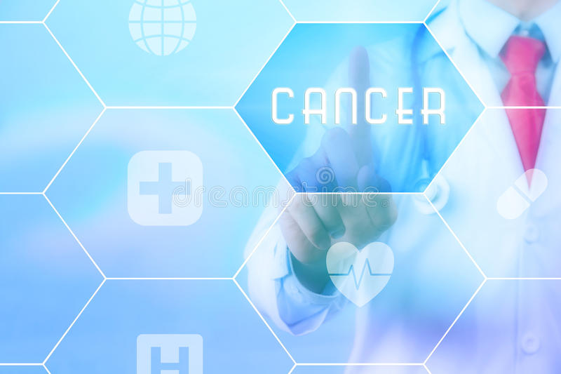 Médico que presiona el botón del 'cáncer' en la pantalla táctil virtual en fondo azul de la tecnología fotos de archivo