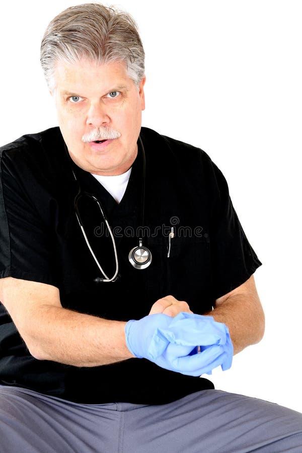 Médico que quita los guantes que consultan al paciente fotografía de archivo