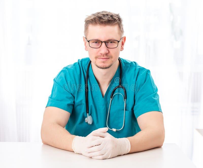 Médico que se sienta en sitio aislado fotos de archivo libres de regalías