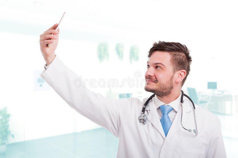 Médico que toma un selfie con la cámara delantera fotos de archivo libres de regalías