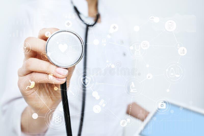 Médico que trabaja con el interfaz moderno de la pantalla virtual del ordenador Tecnología de la medicina y concepto de la atenci imagen de archivo
