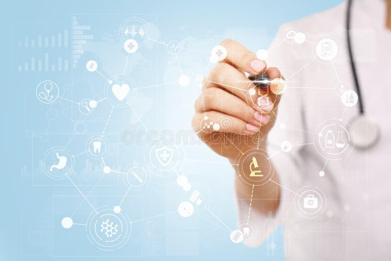 Médico que trabaja con el interfaz moderno de la pantalla virtual del ordenador Tecnología de la medicina y concepto de la atenci imágenes de archivo libres de regalías