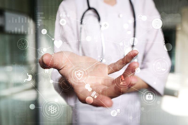 Médico que trabaja con el interfaz moderno de la pantalla virtual del ordenador Tecnología de la medicina y concepto de la atenci foto de archivo
