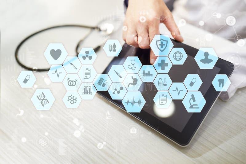 Médico que trabalha com relação moderna da tela virtual do computador Tecnologia da medicina e conceito dos cuidados médicos fotos de stock