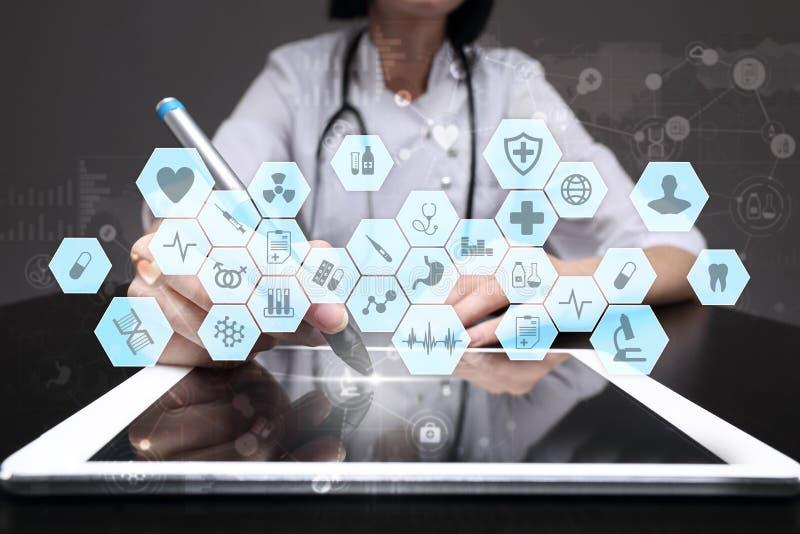 Médico que trabalha com relação moderna da tela virtual do computador Tecnologia da medicina e conceito dos cuidados médicos imagens de stock royalty free