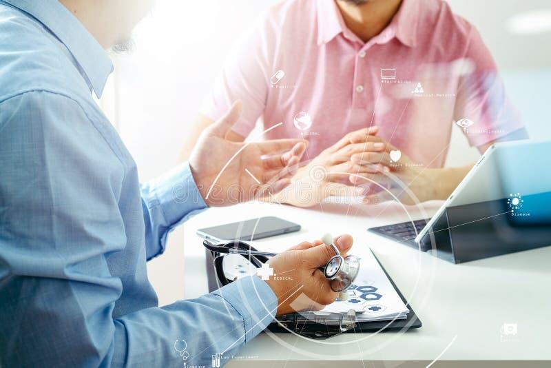 Médico que usa o telefone celular e consultando a pancadinha do homem de negócios foto de stock