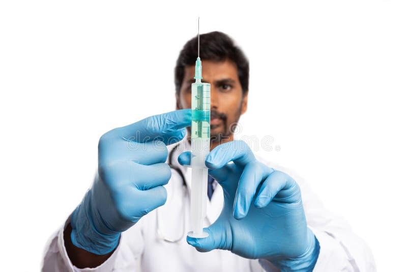 Médico que verifica a seringa com a vacina foto de stock royalty free