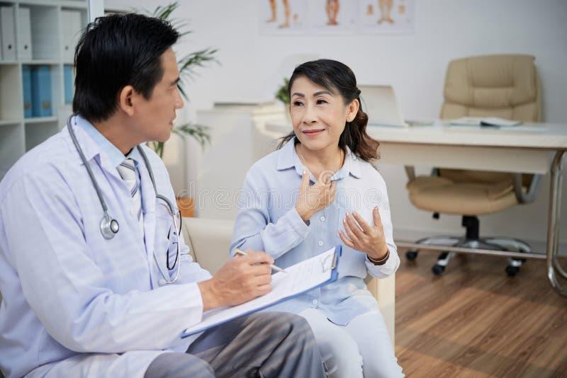 Médico que visita paciente mayor imagenes de archivo