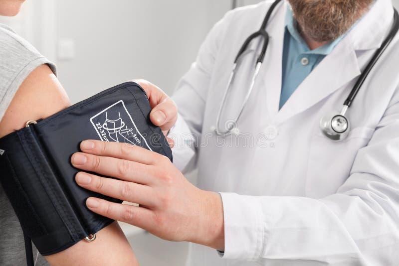 Médico Verificando A Pressão Sanguínea Do Doente No Hospital fotografia de stock