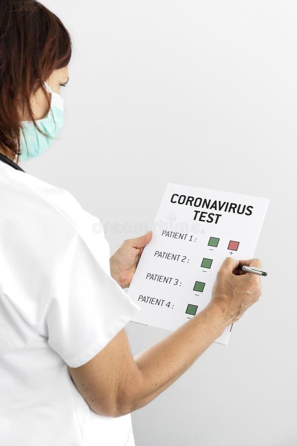 Médico a verificar doentes com coronavírus imagem de stock royalty free