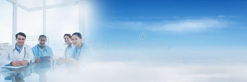Médicos e povos que têm uma reunião com efeito da transição do céu azul imagem de stock