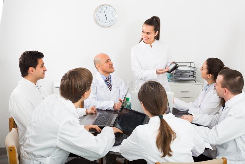 Médicos en el coloquio en clínica fotografía de archivo