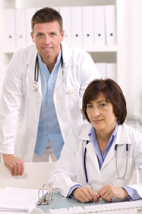 Médicos en la oficina fotos de archivo