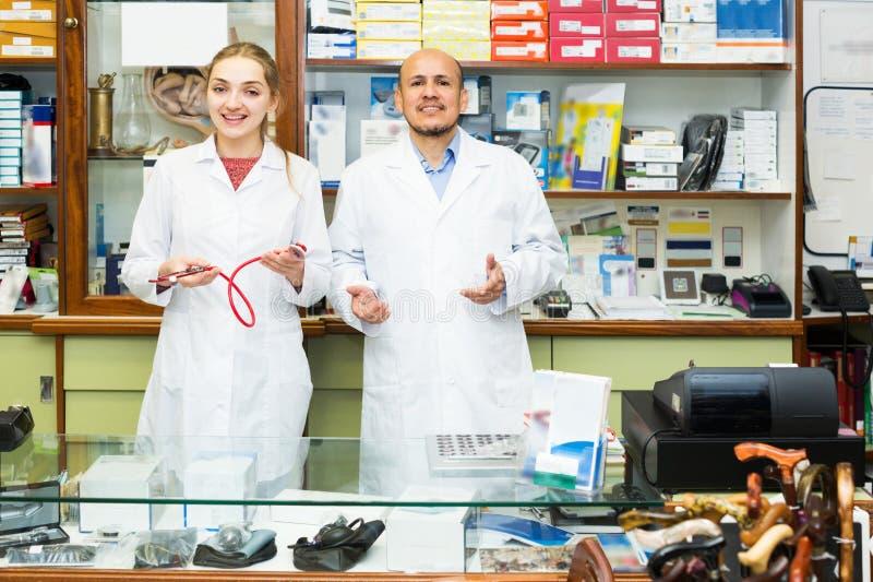 Médicos profesionales que ofrecen mercancías ortopédicas imagen de archivo libre de regalías