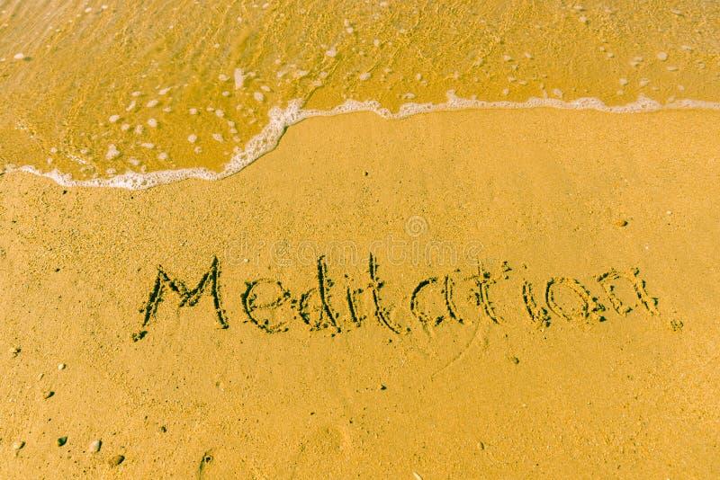 Méditation écrite sur le sable images stock
