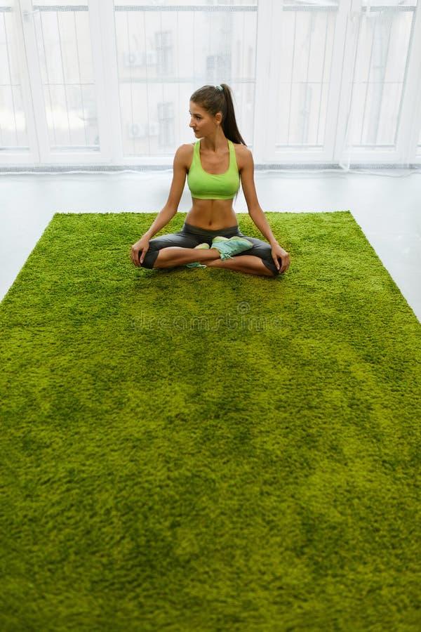 méditation Belle femme avec le corps d'ajustement méditant à la maison photos libres de droits