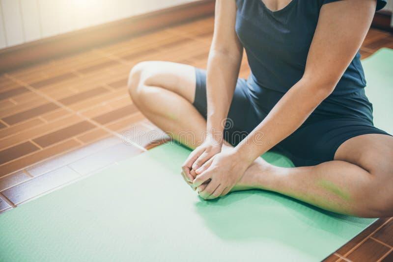 Méditation de jeune femme tout en pratiquant le yoga d'intérieur photos stock