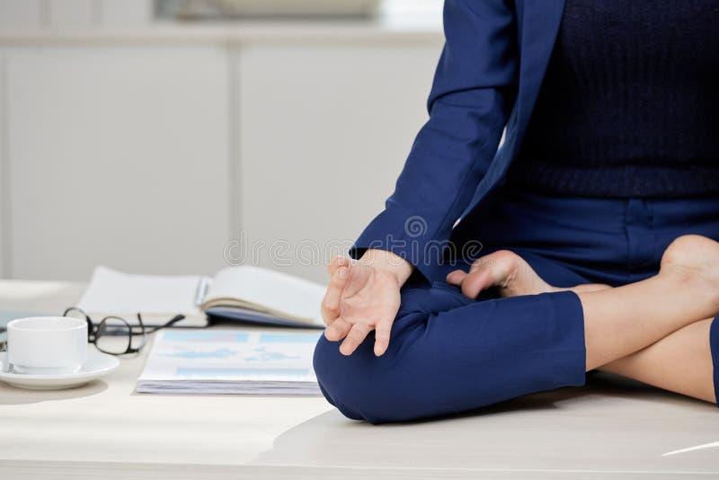 Méditation de pratique sur le lieu de travail photos stock