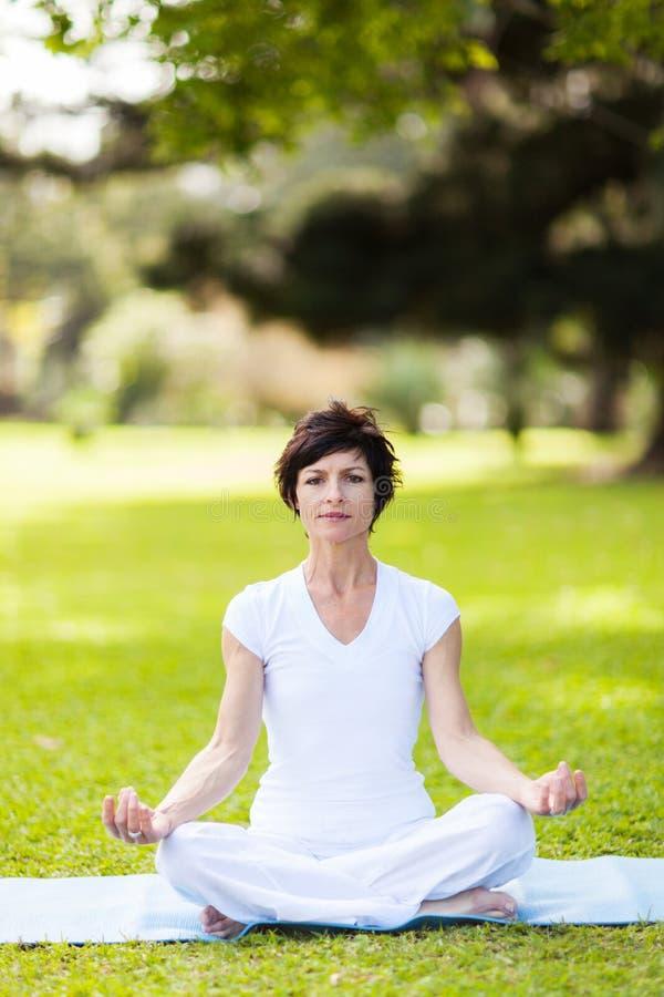 Méditation de yoga à l'extérieur photographie stock libre de droits