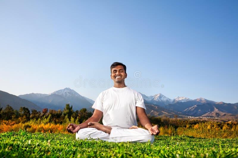 Méditation de yoga dans les montagnes photo libre de droits