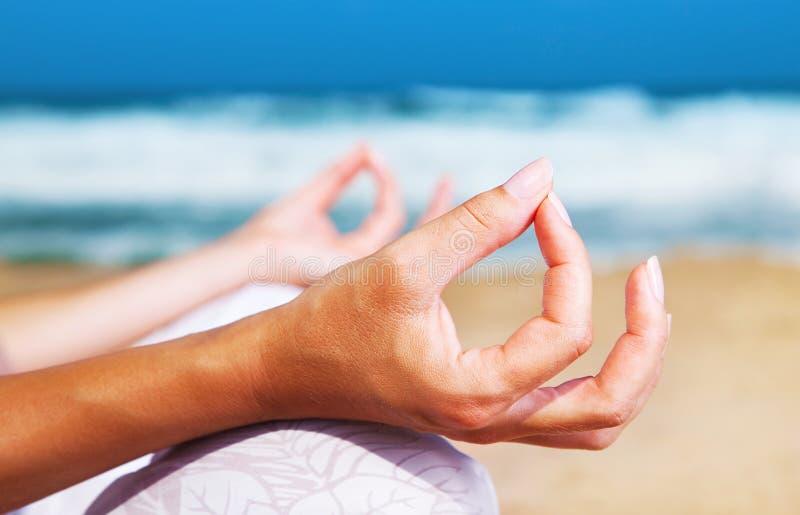 Méditation de yoga sur la plage photographie stock libre de droits