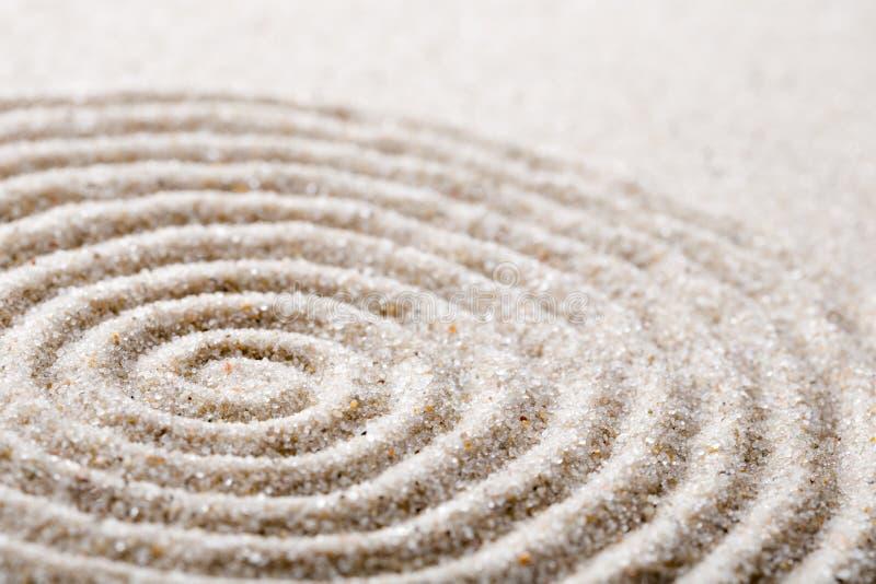 Méditation japonaise de jardin de zen pour le sable de concentration et de relaxation pour l'harmonie et équilibre dans la simpli image stock