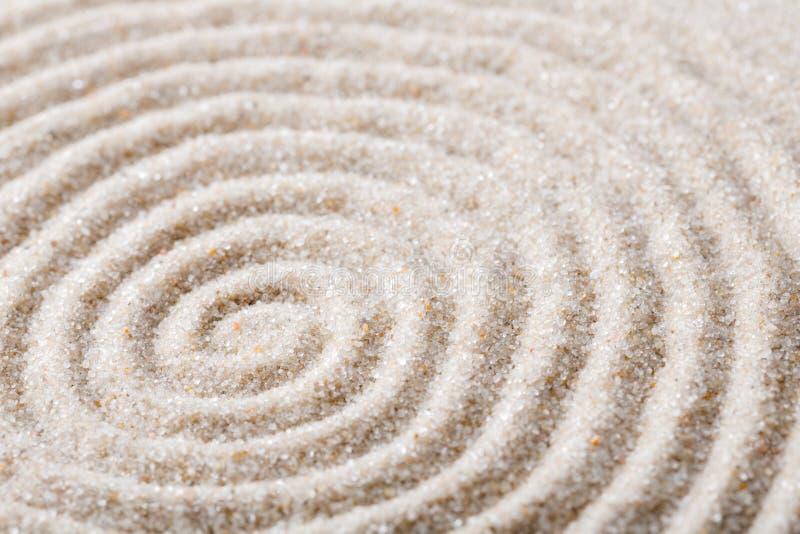 Méditation japonaise de jardin de zen pour le sable de concentration et de relaxation pour l'harmonie et équilibre dans la simpli image libre de droits