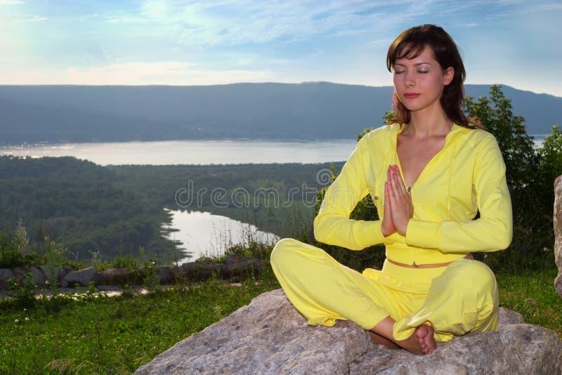Méditation sur la montagne photos stock