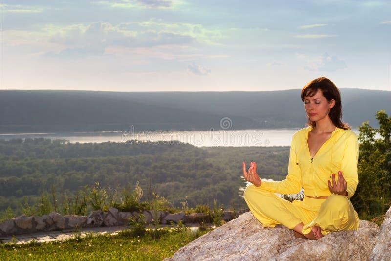 Méditation sur la montagne image stock