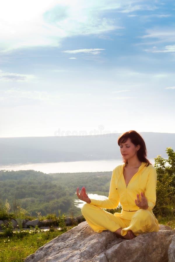 Méditation sur la montagne images stock