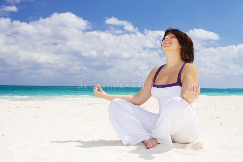 Méditation sur la plage photo libre de droits