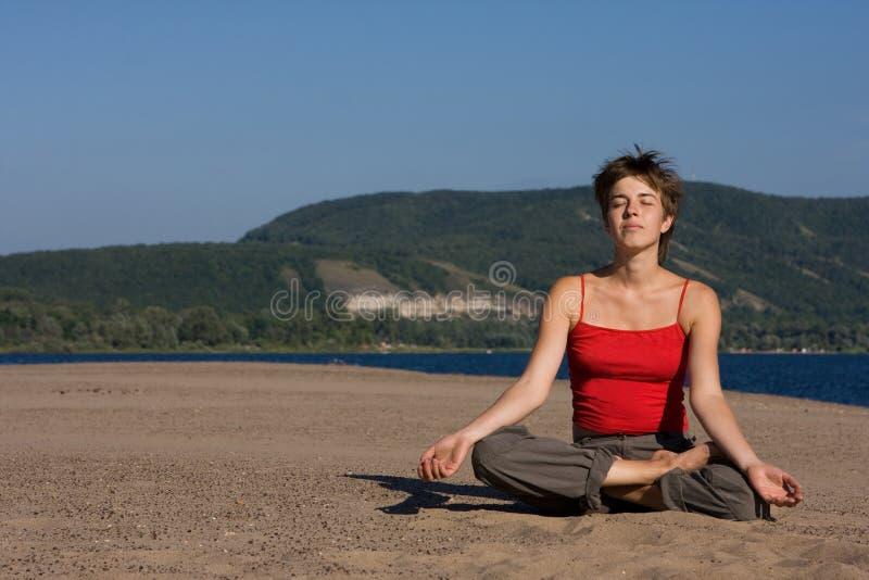 Méditation sur le sable photos stock
