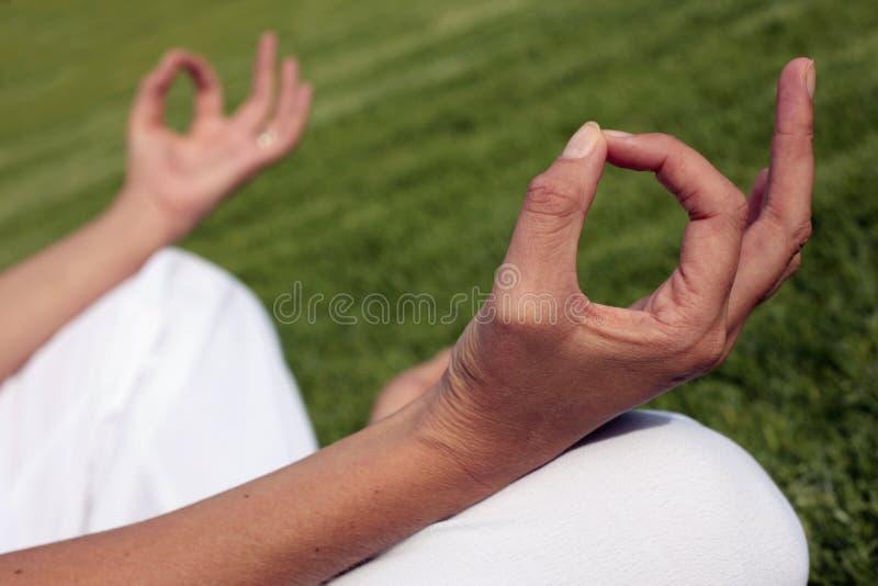 Méditation sur une pelouse photographie stock