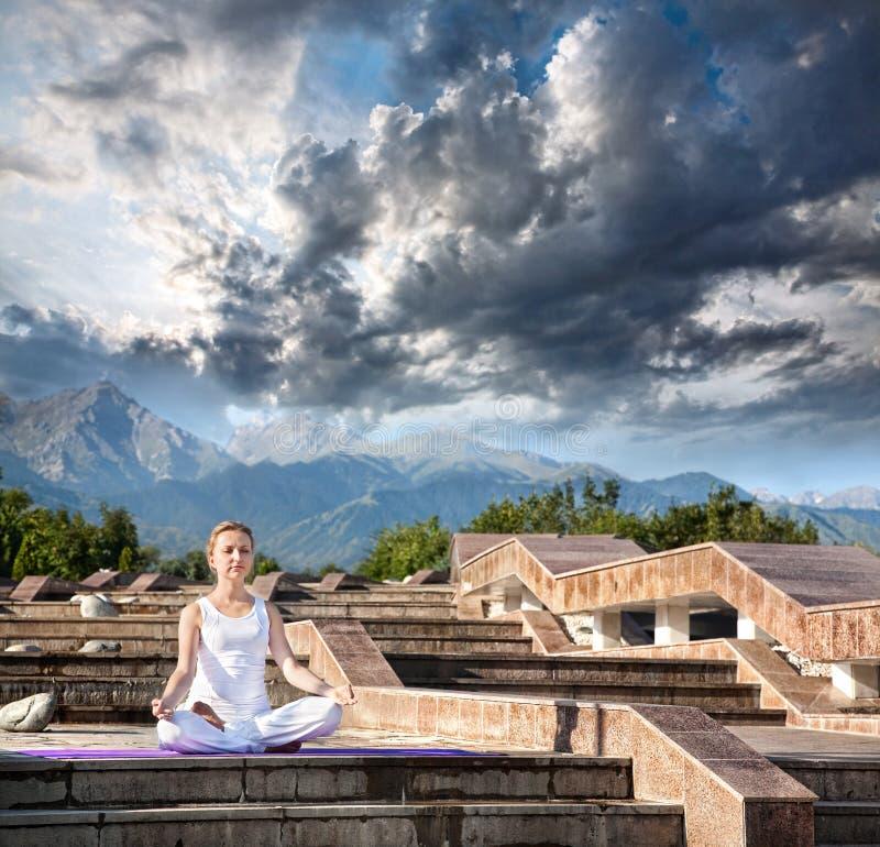 Méditation urbaine de yoga aux montagnes photo stock
