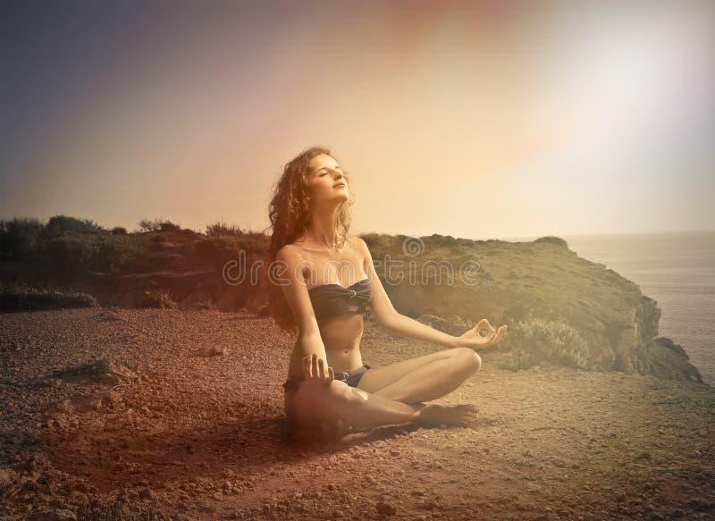 Méditer au soleil image stock