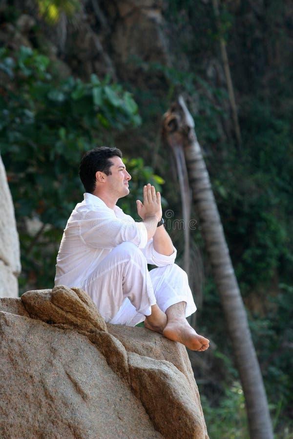 Méditer dans la forêt photo libre de droits
