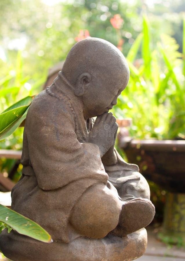 Méditer dans le jardin image libre de droits