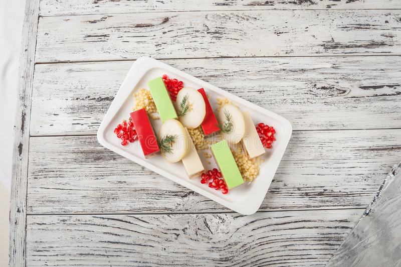 Méduses d'un plat blanc avec des puces des pommes Fin nationale russe d'aspic de viande de cuisine et espace de copie photo stock