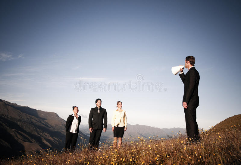 Mégaphone de Speaking Through Paper d'homme d'affaires aux gens d'affaires photo libre de droits