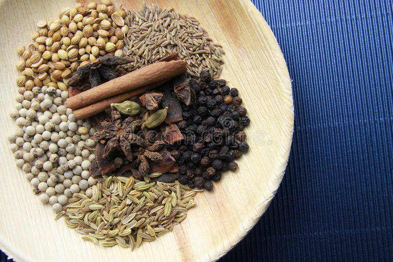 Mélangé des épices et des herbes dans une cuillère photo stock