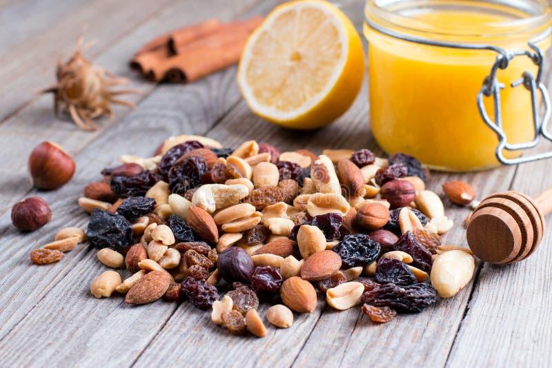 Mélange avec des écrous avec du miel et le citron Ingrédient pour préparer la nourriture saine image libre de droits